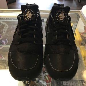 Size 9.5 triple black huaraches